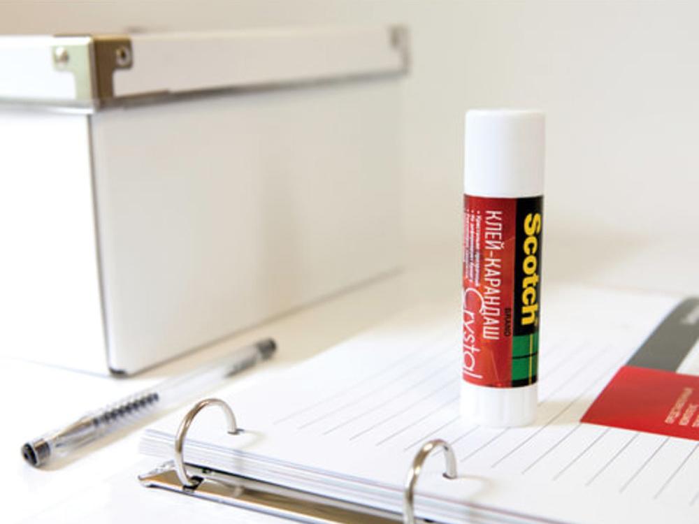 Клей-карандаш на столе