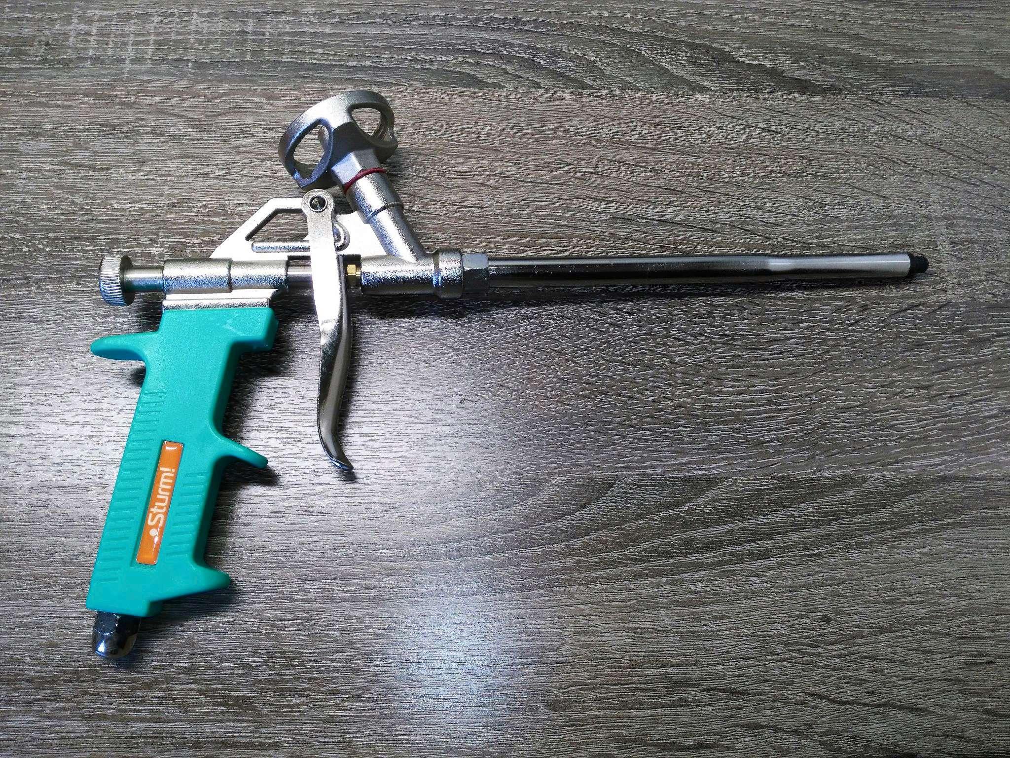 Пистолет для пены на полу