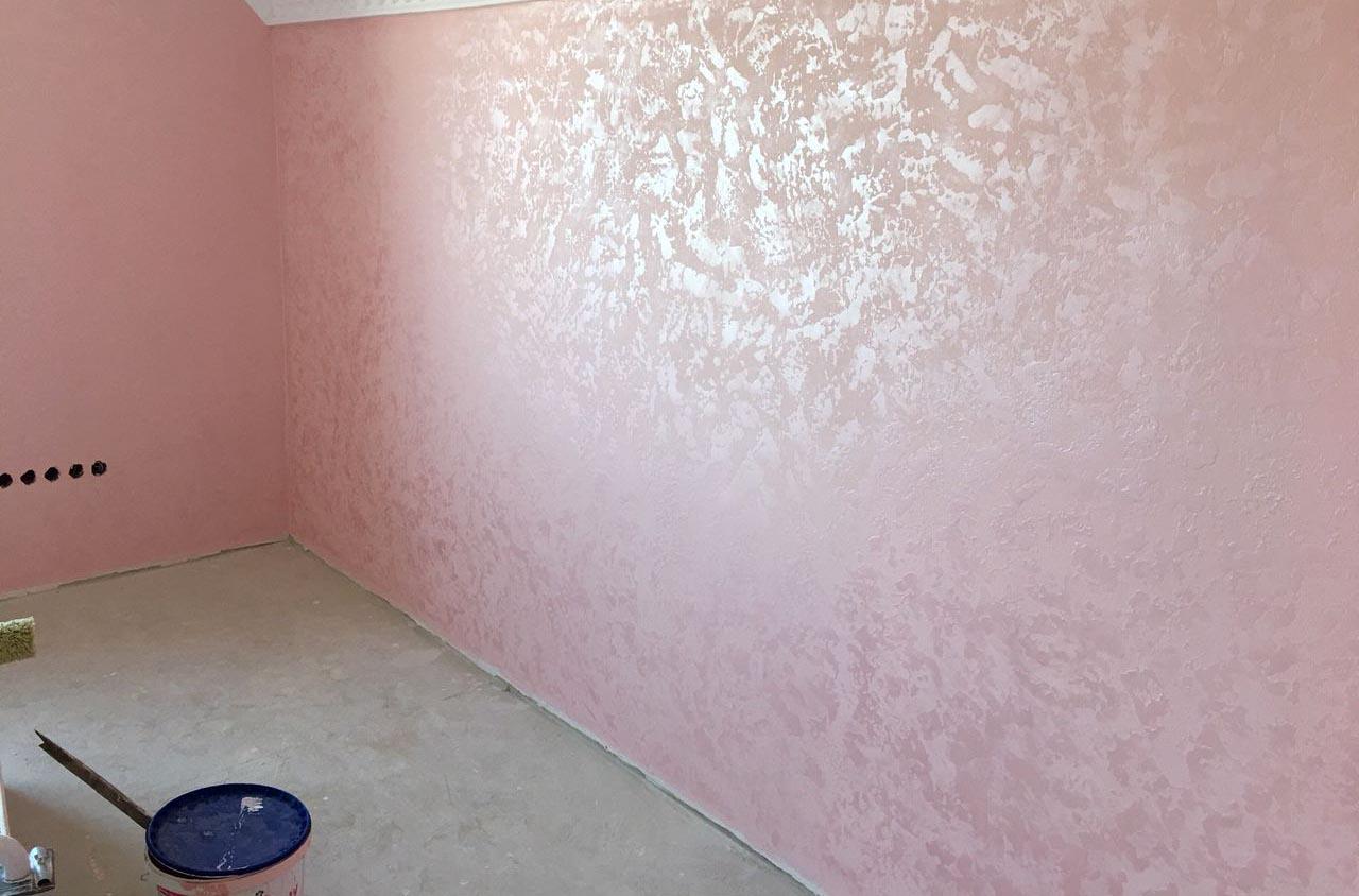 Розовый жемчуг на стене