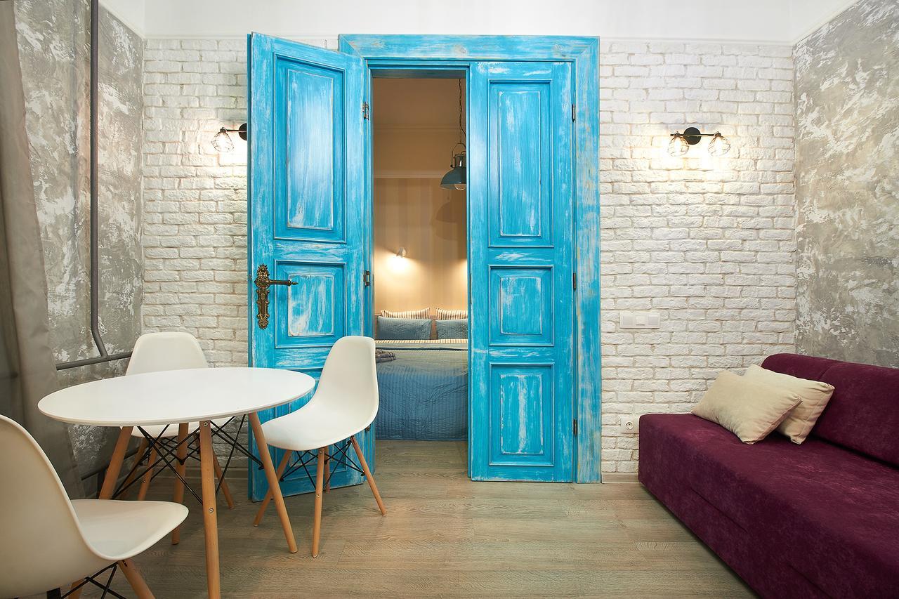 Фото бирюзовых дверей в интерьере