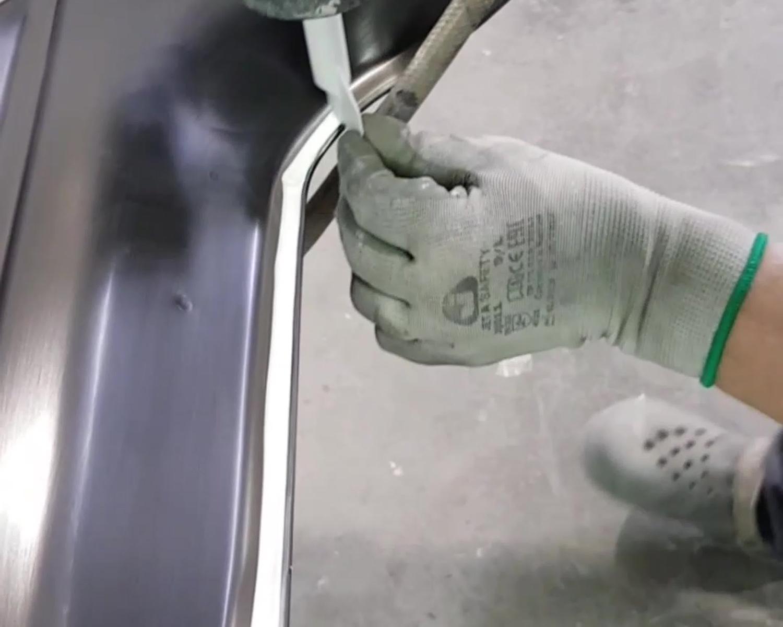 Нанесение герметика на кузов
