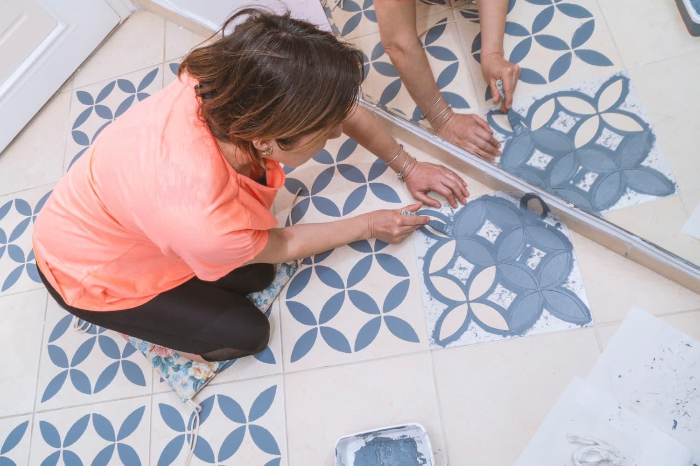 Покраска плитки на полу