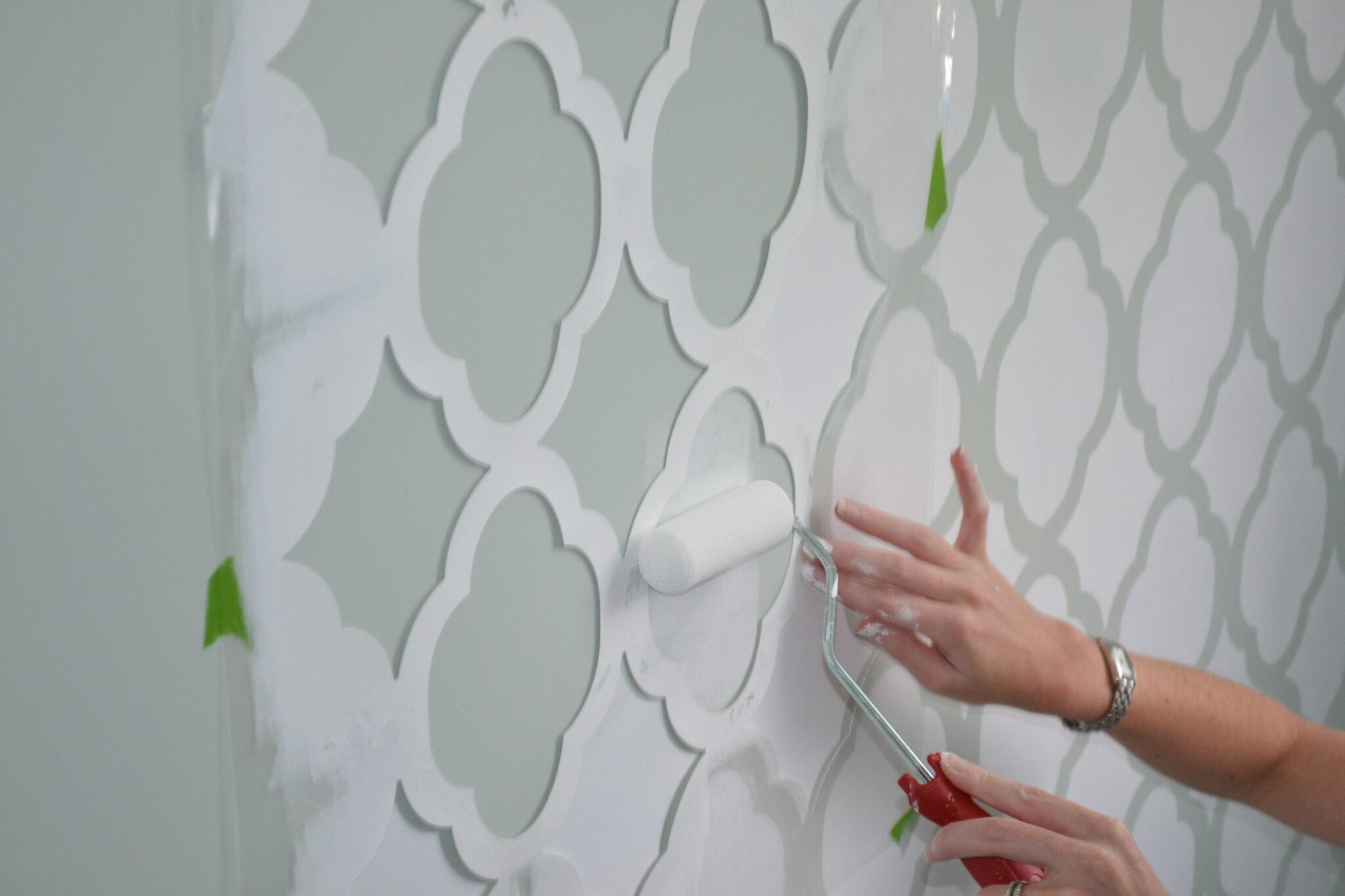 Покраска стен по трафарету