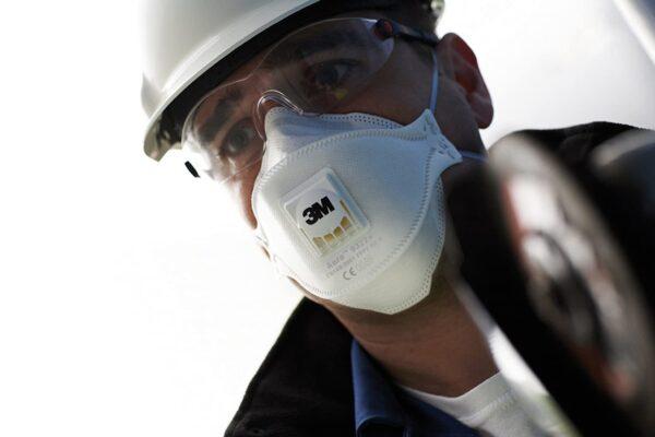 Фото строителя с респиратором