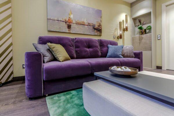 Фото фиолетового дивана