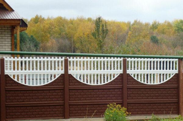 Крашенный бетонный забор