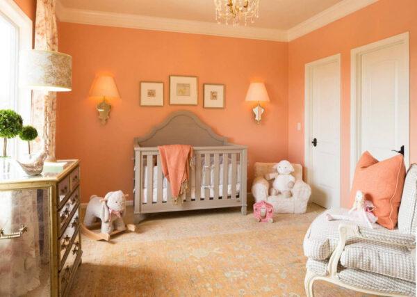 Персиковые стены в детской