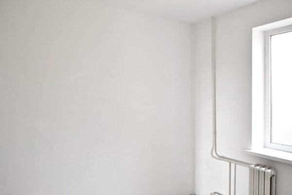 Шпаклеванные стены в комнате